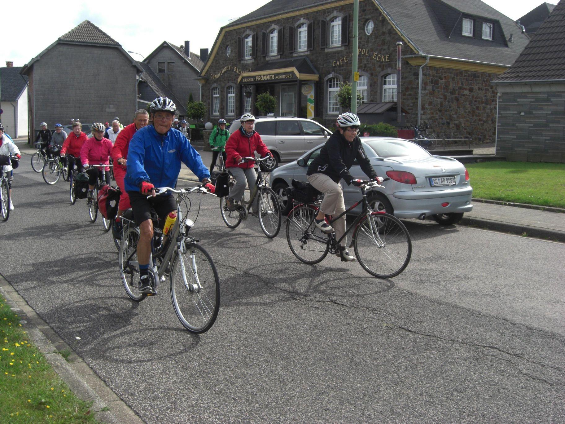 Teilnehmer der zweiten Gruppe bei der Abfahrt nach der Pause in Lammersdorf vor Bäckerei-Konditorei Prümmer (Etappenziel unserer Vennbahn-Permanenten)