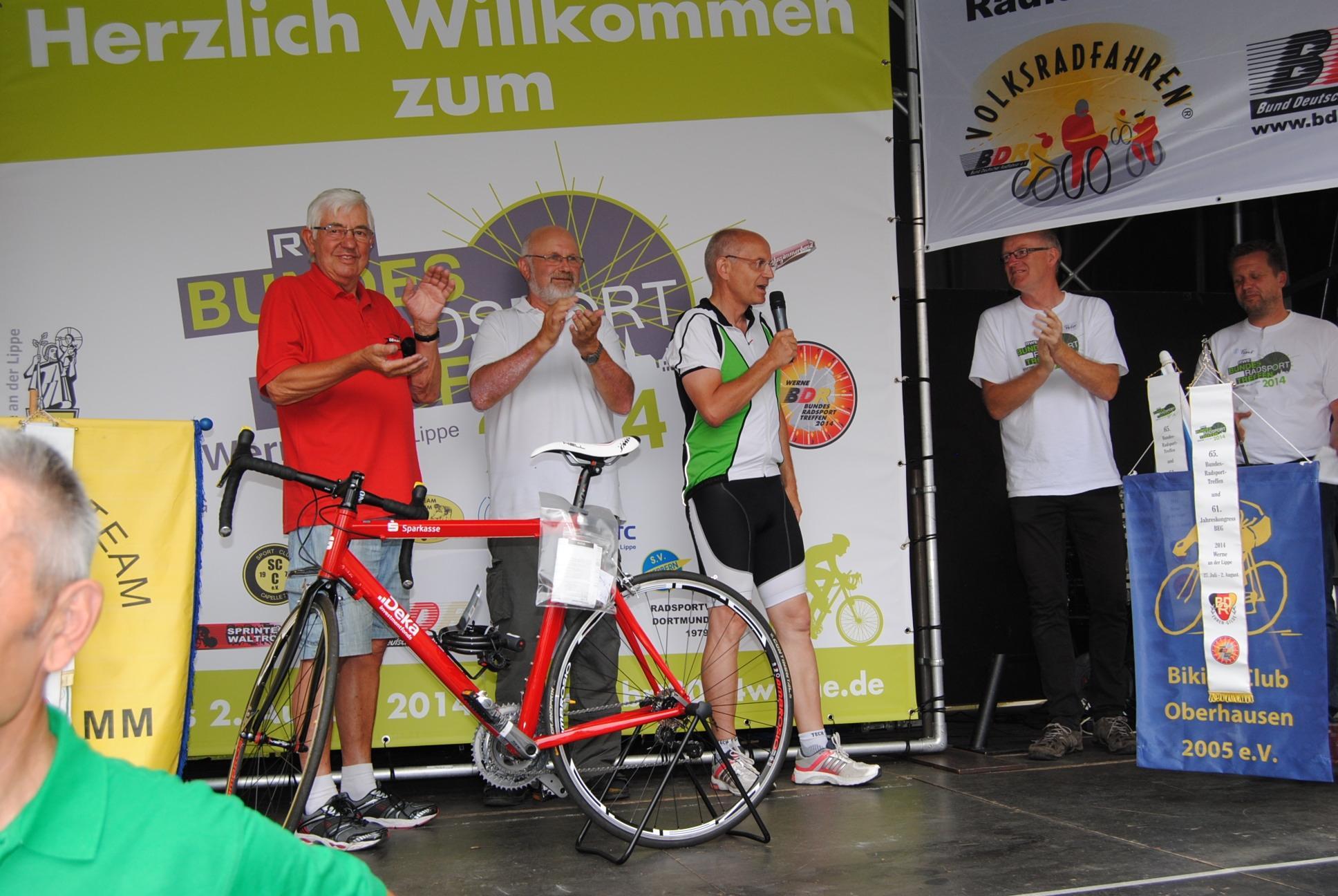 Fritz im roten Schwalbe-Hemd, das ideal zum neuen Rennrad passt