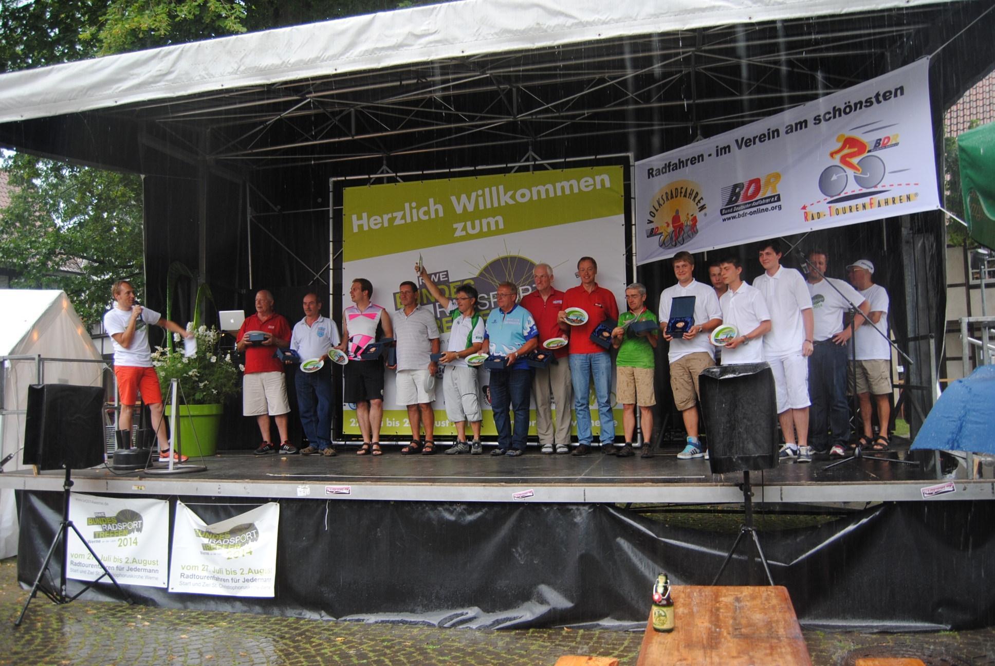 Vertreter der ersten 10 Mannschaften bei der Siegerehrung; für die Schwalbe Karl-Heinz Klein, Organisator der Fahrt nach Werne