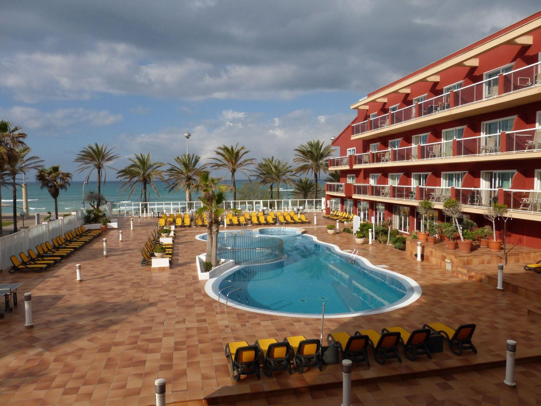 Hotel Neptuno mit Pool-Landschaft direkt am Meer