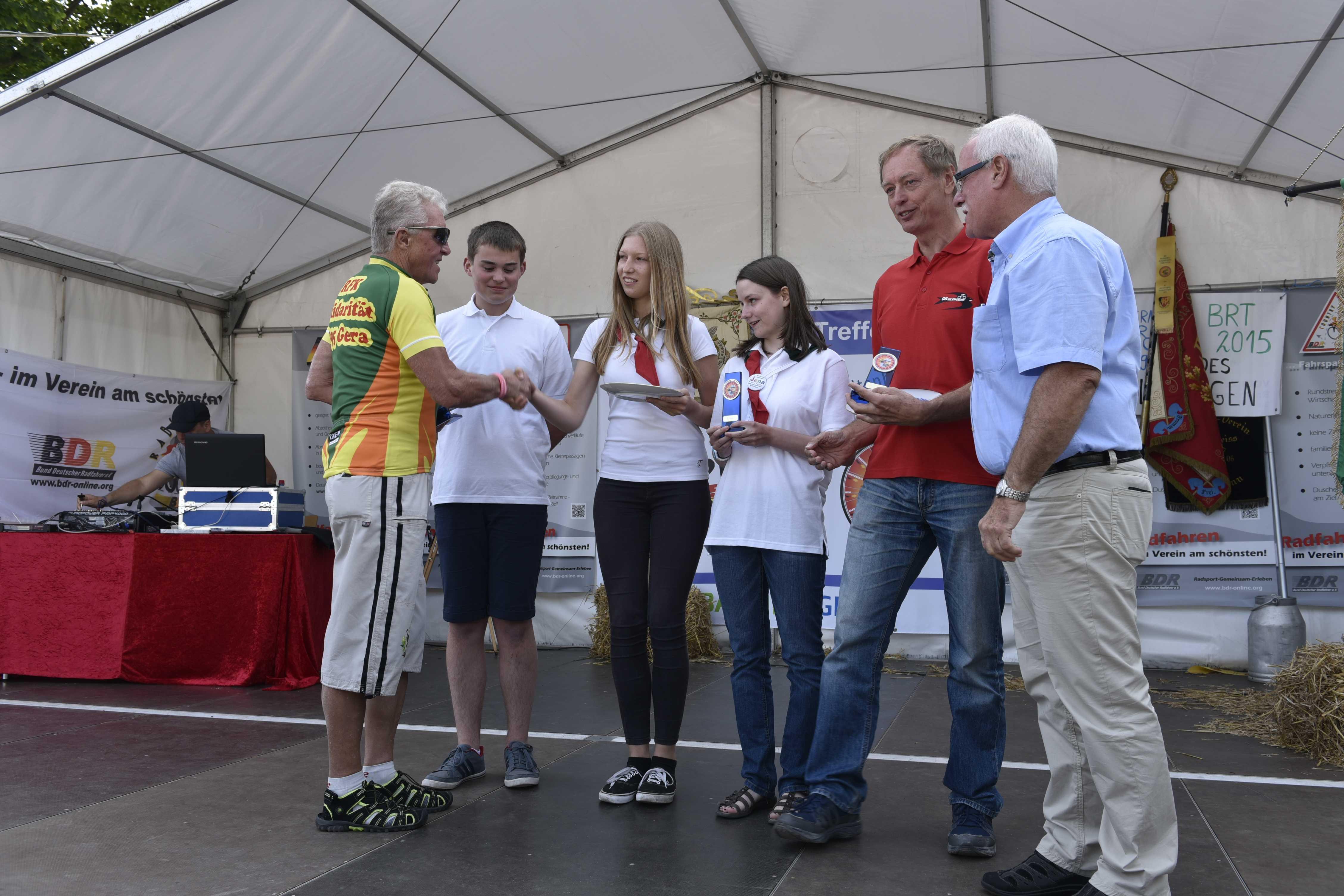 Die drei besten Mannschaften bei der Siegerehrung von links: der Vertreter von Gera, drei Jugendliche aus Salzgitter, der Leiter der Schwalbe-Gruppe Karl-Heinz Klein und der BDR-Vizepräsident Peter Koch, der die Pokale überreichte