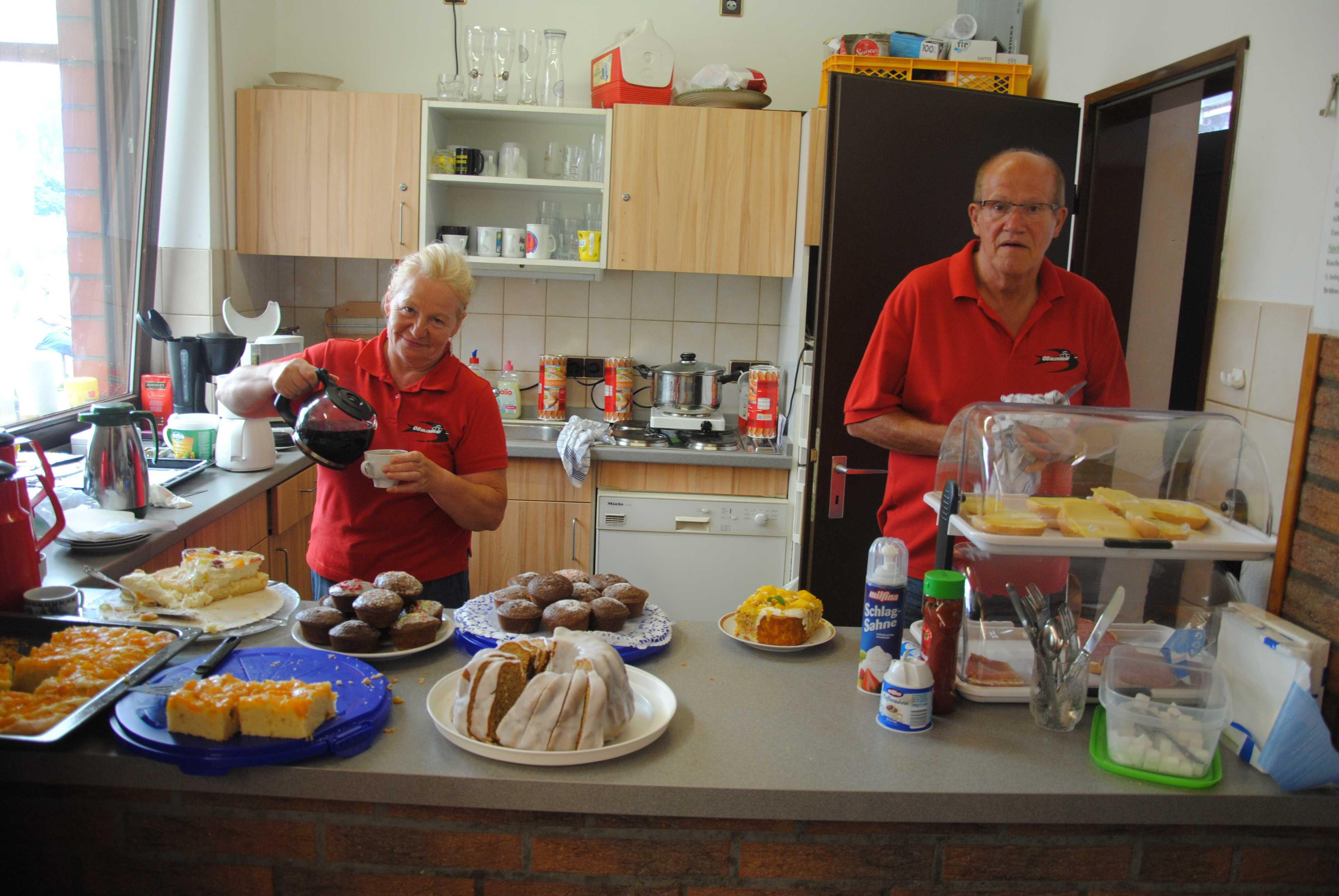 Unsere Helfer Inge und Bruno in der Cafeteria in Hoven