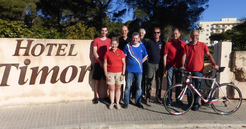Noch ein Gruppenbild mit Dame, am Hotel beim Ausgang aus dem Radkeller