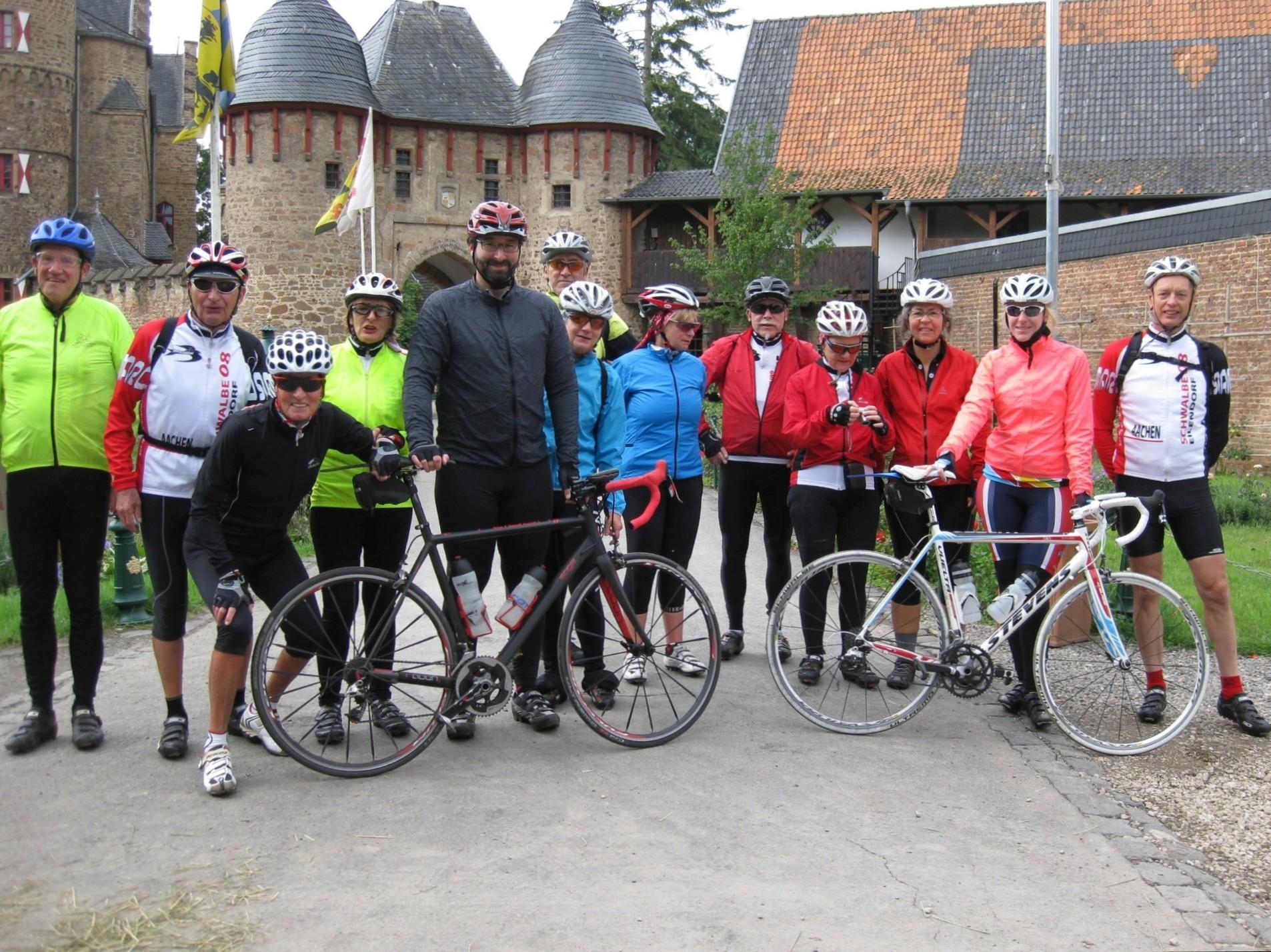 Teilnehmer der schnellen Gruppe vor der Burg Satzvey