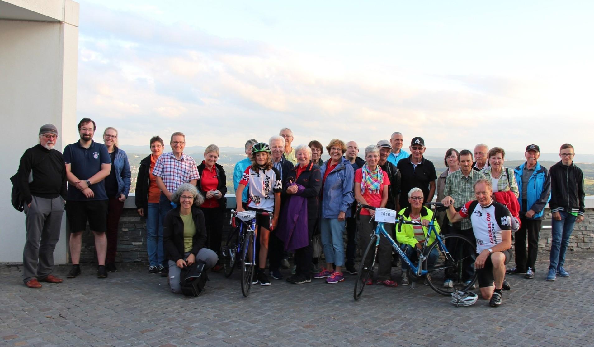 Beim Bergzeitfahren wurden die beiden Schwalbe-Teilnehmer (hier im Trikot mit den Rädern) von der gesamten Schwalbe-Mannschaft angefeuert, die anschließend den Ausflug auf den Drachenfels mit einem gemeinsamen Abendessen im neuen Restaurant abschloss.