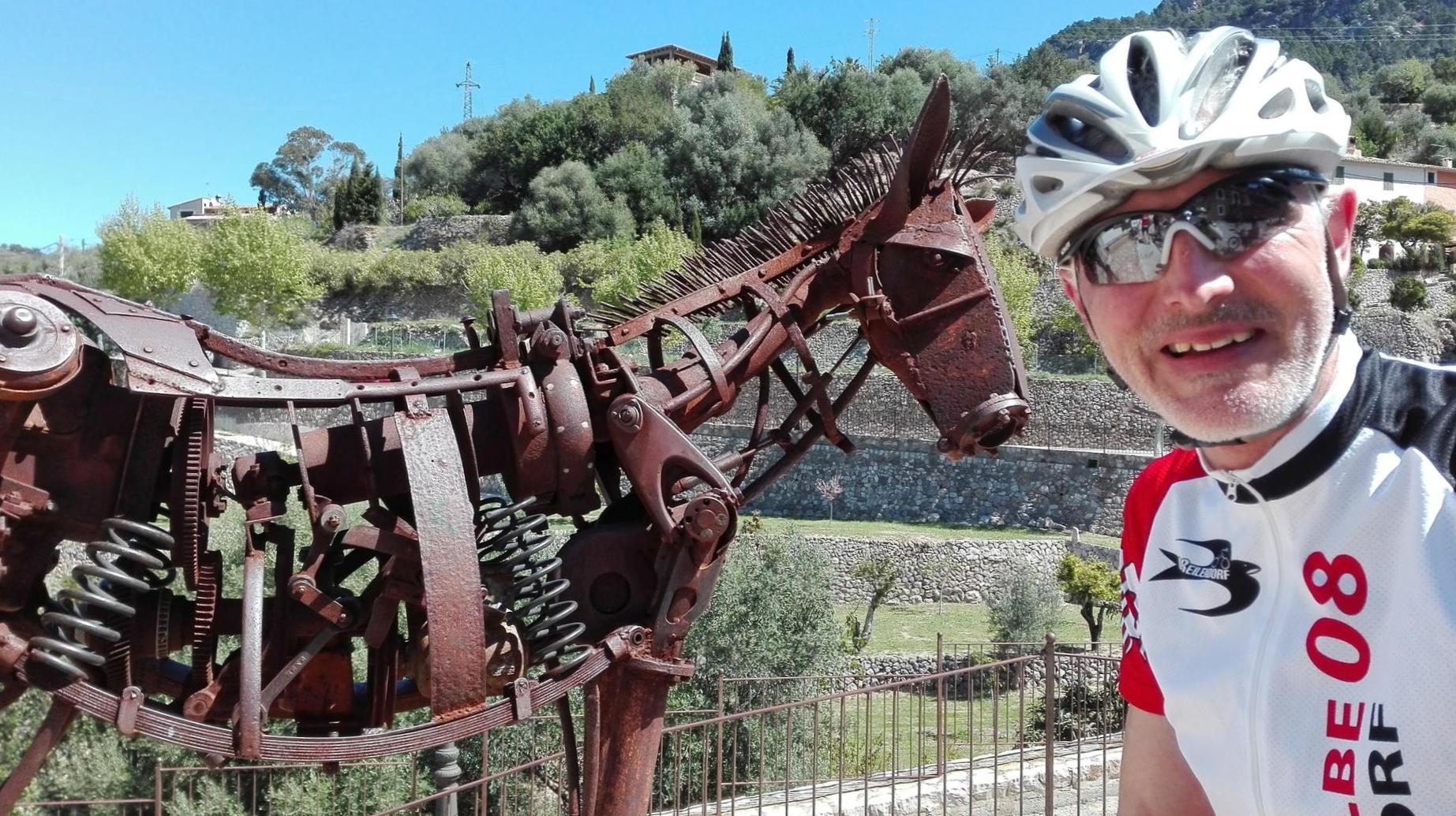 Ein tierisches Foto an der Küstenstraße in Estellencs: Das ist Gerd mit dem Pferd. Mit Nachnamen heißt er De Hond (Der Hund), fährt aber als Schwalbe.
