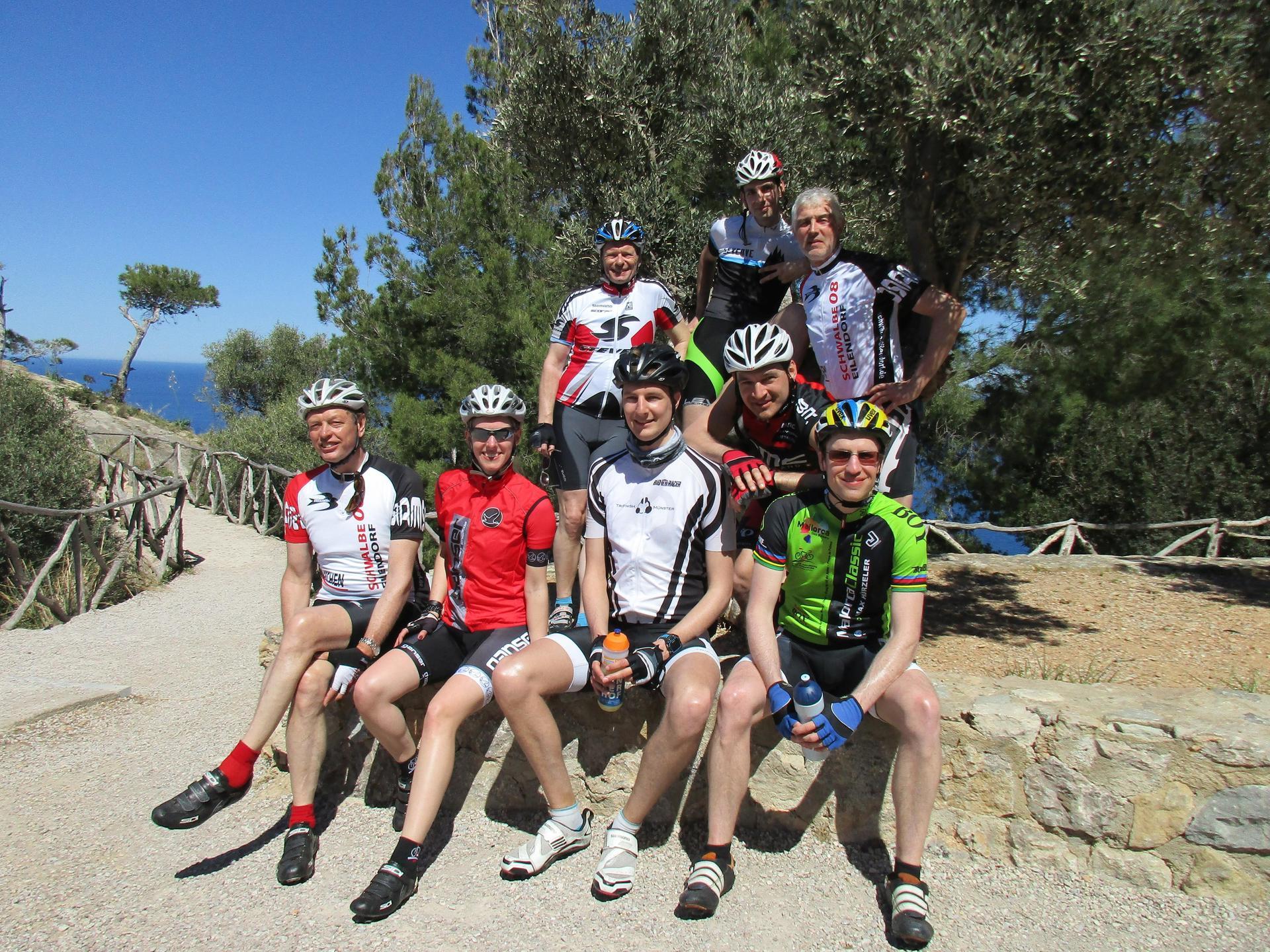 Auf dem Gruppenfoto, das an der Küstenstraße entstand, sind Felix und Ben in der Mitte zu sehen (Felix mit schwarzem Helm, daneben Ben mit roten Handschuhen).