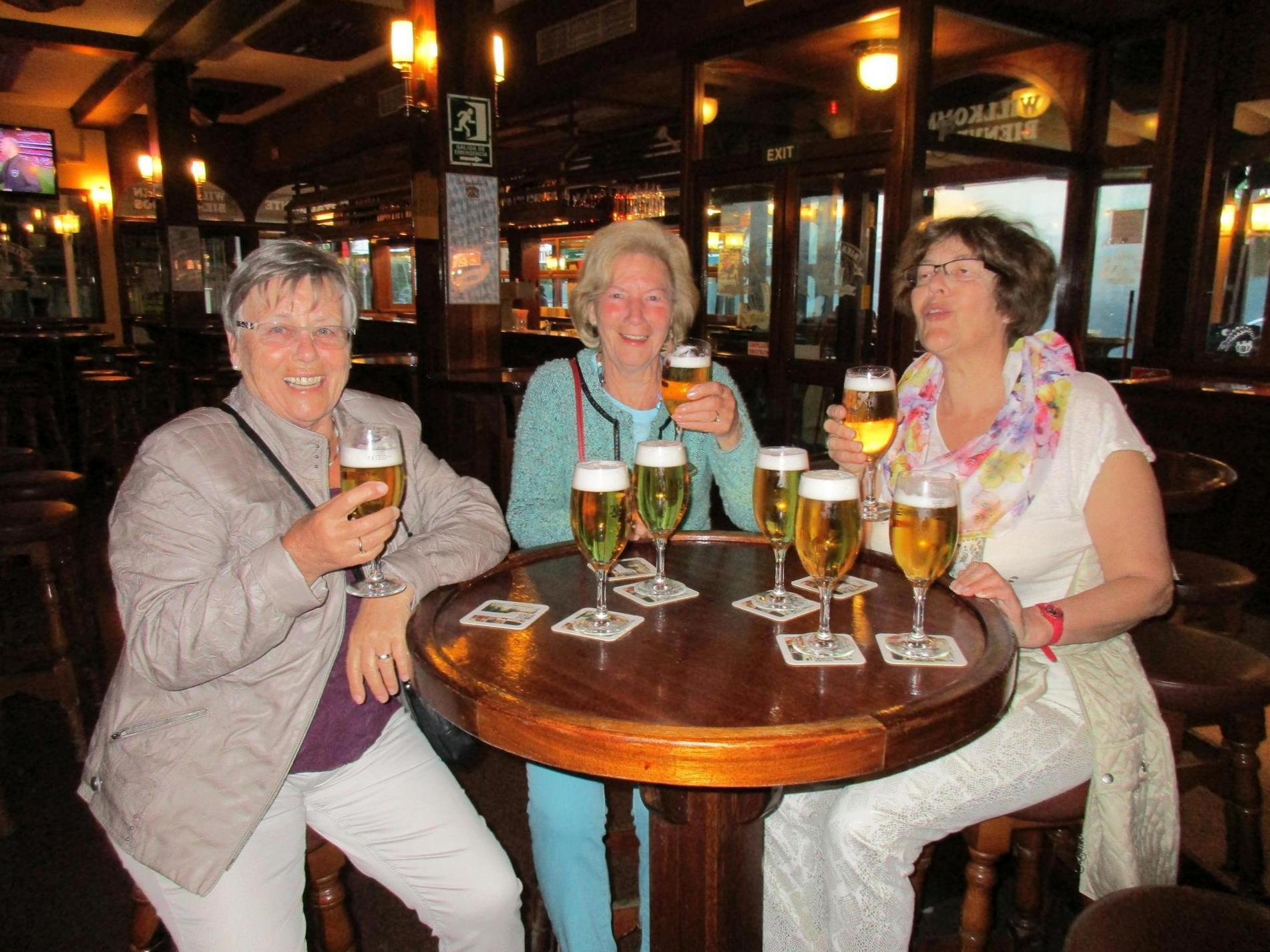 """Nicht nur den Radfahrern schmeckte das Bier: Hier drei """"Schwalben"""" bei der Happy Hour im Bierkönig."""